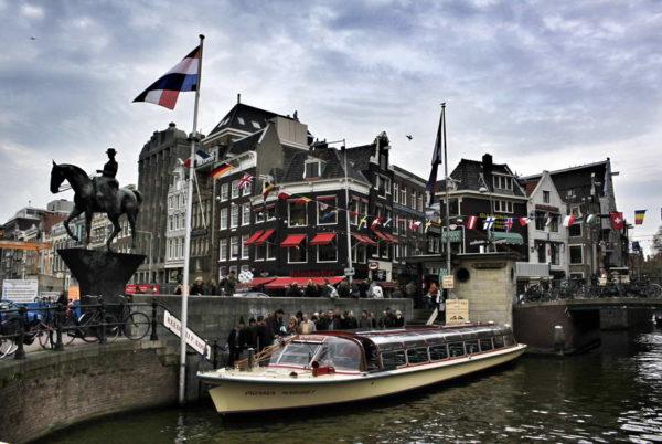 Amsterdam_Rokin Canal_Queen Wilhelmina Statue